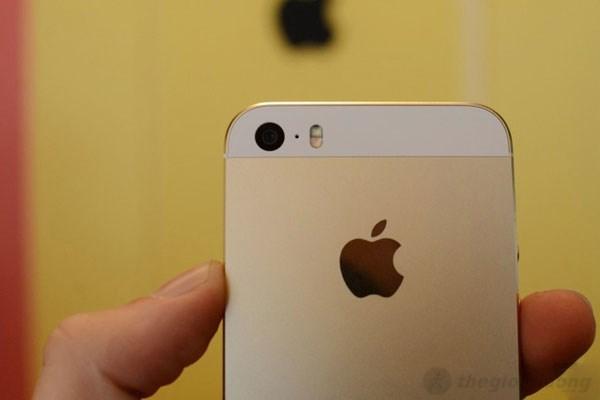 Camera phía sau Iphone 5S hỗ trợ 2 đèn LED trợ sáng